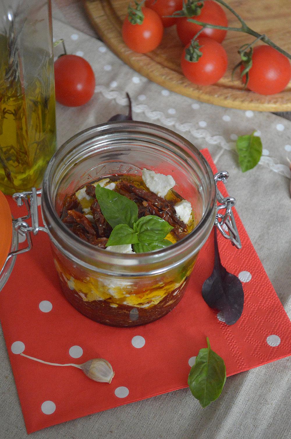 Мариновани сушени домати и козе сирене
